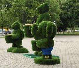 У Дворца культуры Борисова появились скульптуры в виде животных